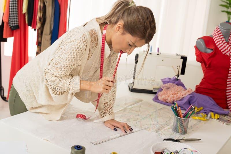 Modedesigner With Sewing Pattern lizenzfreie stockfotos
