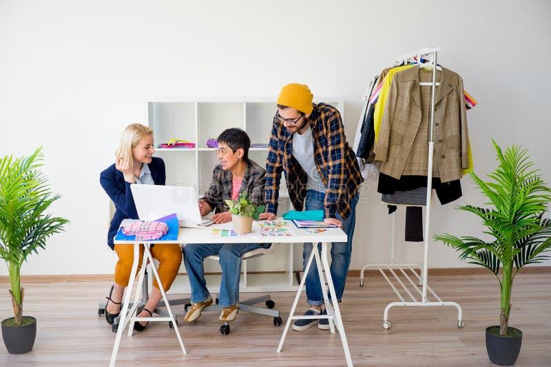 Modedesignerarbeiten lizenzfreie stockfotos