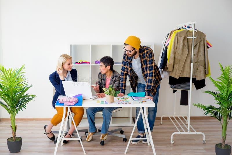 Modedesignerarbeiten stockfotos