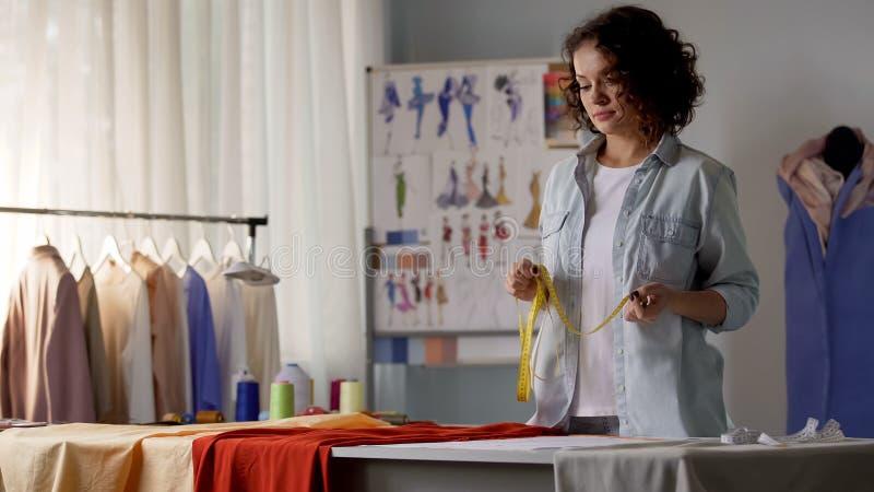 Modedesignerrechengr??e der zuk?nftigen Kleidung, die mit Mustern arbeitet lizenzfreie stockfotografie