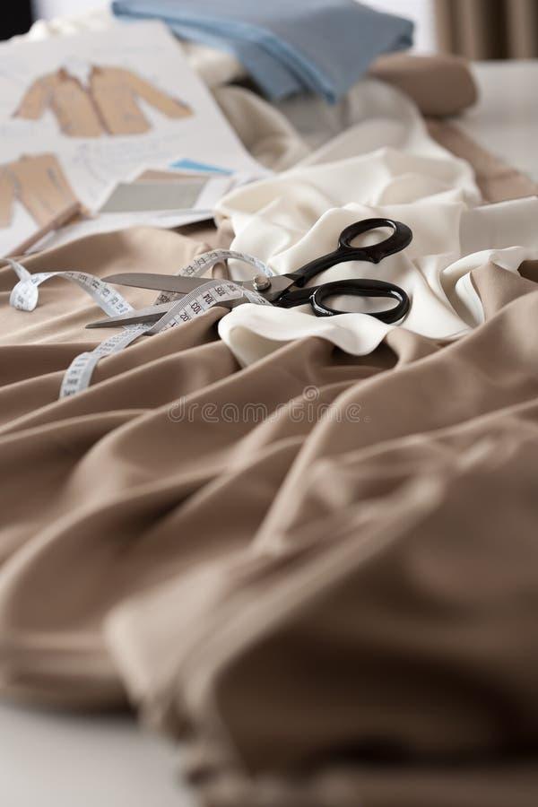 Modedesignerstudio mit Ausrüstung lizenzfreies stockfoto