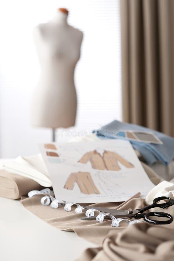 Modedesignerstudio mit Mannequin lizenzfreie stockfotografie