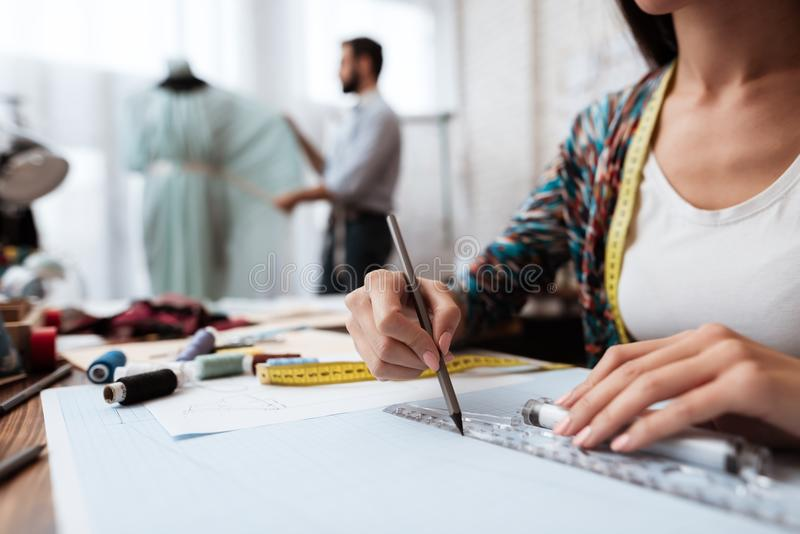 Modedesignerzeichnung mit Machthaber-OM-Papier lizenzfreie stockfotografie