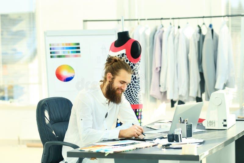 Modedesignerzeichnungen der Mode im kreativen Studio stockbilder