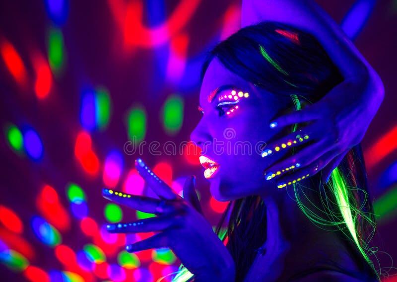 Modediskokvinna Dansa modellen i neonljus, stående av skönhetflickan med fluorescerande makeup arkivbild