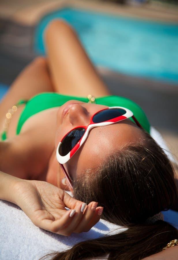 Modeflicka i härlig grön bikini royaltyfri bild