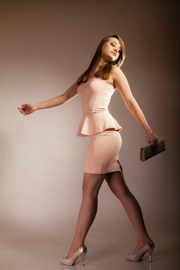 Modeflicka med den eleganta handväskapåsen royaltyfri fotografi