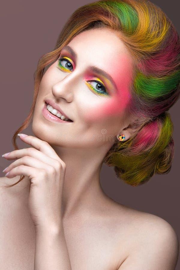 Modeflicka med den kulöra målade framsidan och hår fotografering för bildbyråer