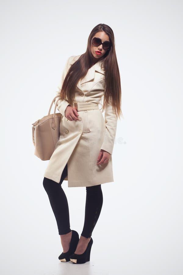 Modeflicka med handväskan royaltyfri fotografi