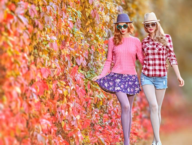 Modeflicka, stilfulla Autumn Outfit Utomhus- natur royaltyfri bild