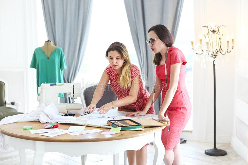 Modeformgivare arbetar på ett nytt begrepp i modestudi royaltyfri foto