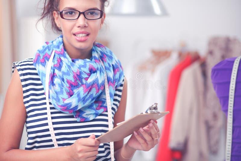 Modeformgivare f?r ung kvinna som arbetar p? studion arkivbild