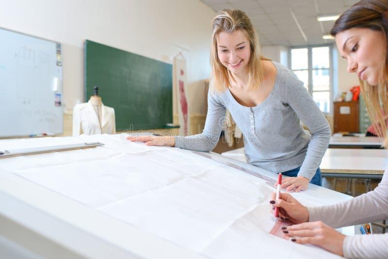 Modeformgivare som arbetar i studio royaltyfri bild