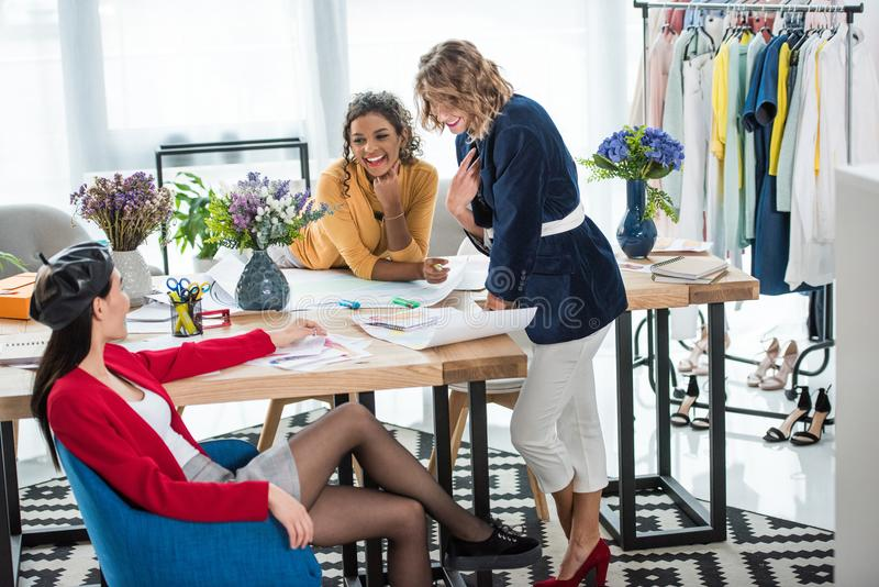 Modeformgivare som arbetar med, skissar fotografering för bildbyråer