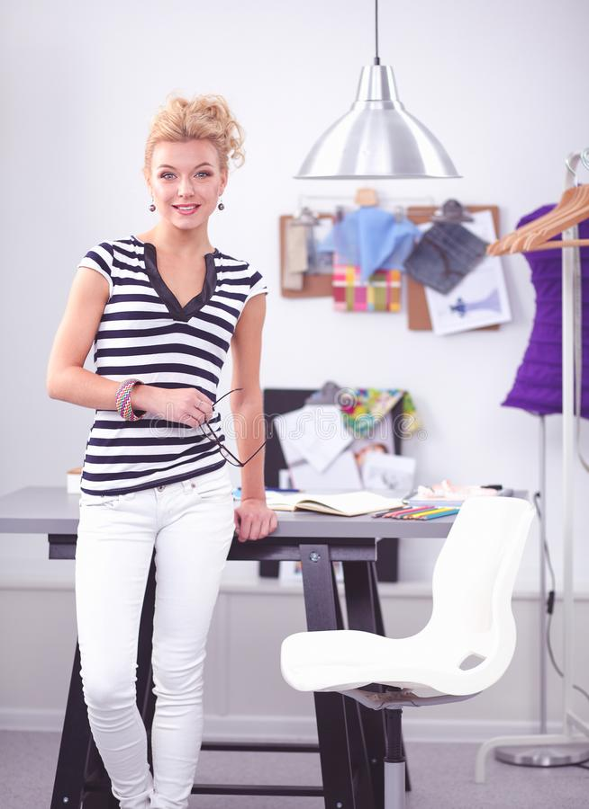 Modeformgivare som arbetar p? hennes designer i studion royaltyfria bilder