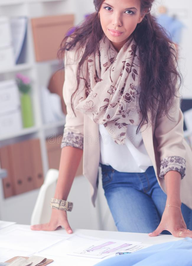 Modeformgivare som arbetar p? hennes designer i studion royaltyfri fotografi