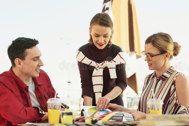 Modeformgivare som föreslår olik färg för sovrum arkivfoton