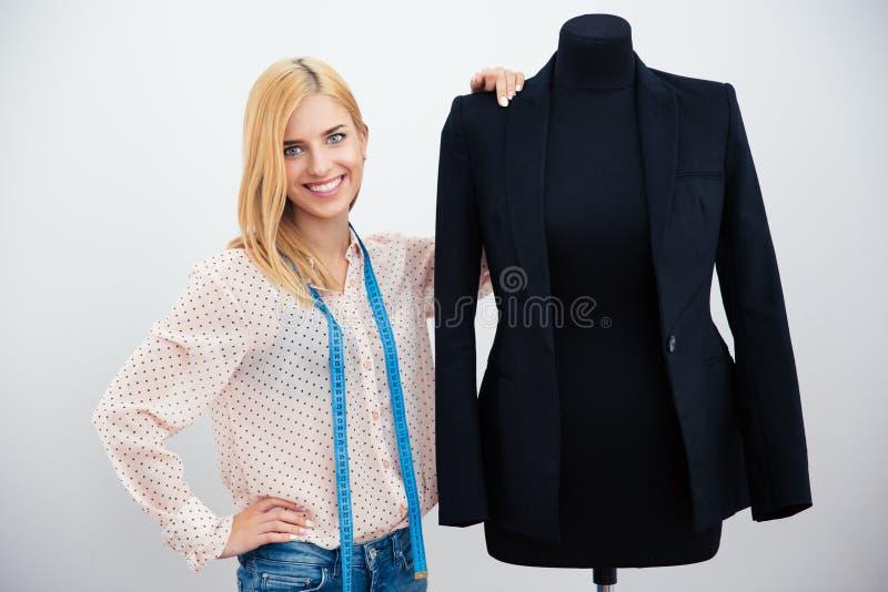 Modeformgivare som står den near skyltdockan royaltyfri bild