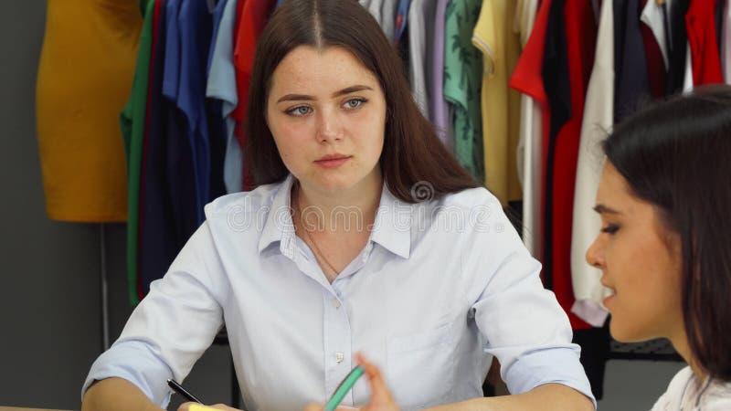 Modeformgivare som tillsammans arbetar på det moderna kontoret arkivbild