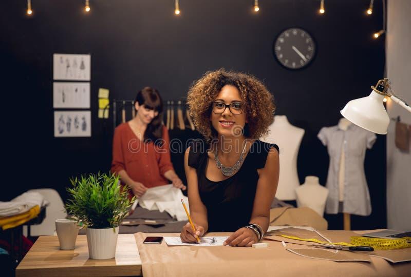 Modeformgivare som tillsammans arbetar arkivfoto