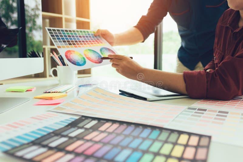 Modeformgivare väljer färgdiagrammet och färgar för deras n royaltyfri bild