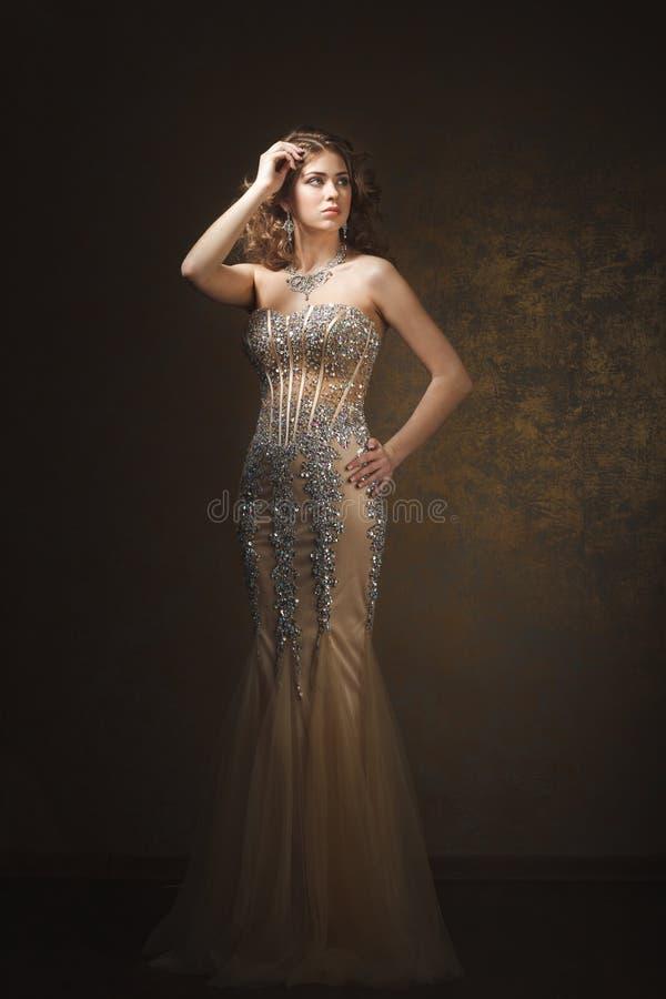 Modefors av den härliga kvinnan retro stil arkivfoton