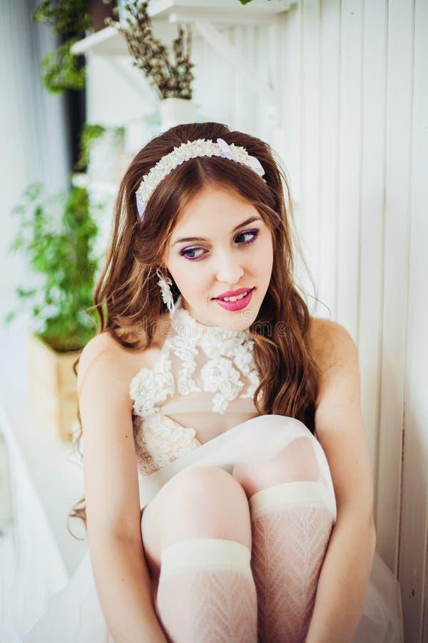 Modefoto av att le den bärande bröllopsklänningen för flicka arkivbild