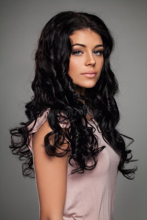 Modefoto av den eleganta kvinnan med frisyren arkivbild