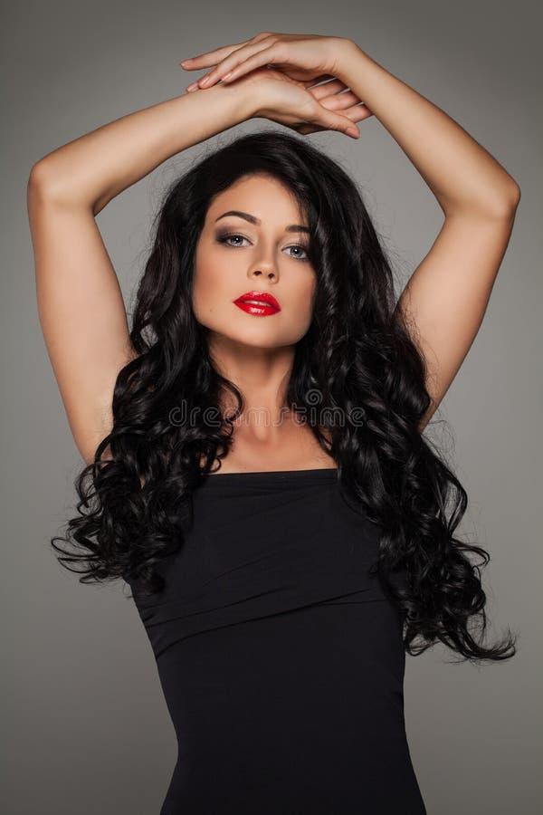 Modefoto av den gulliga kvinnadansaren med långt hår royaltyfria bilder
