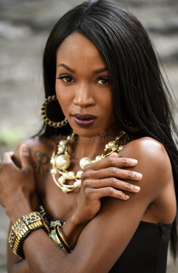 Modefoto av den härliga eleganta afrikansk amerikankvinnan royaltyfri foto