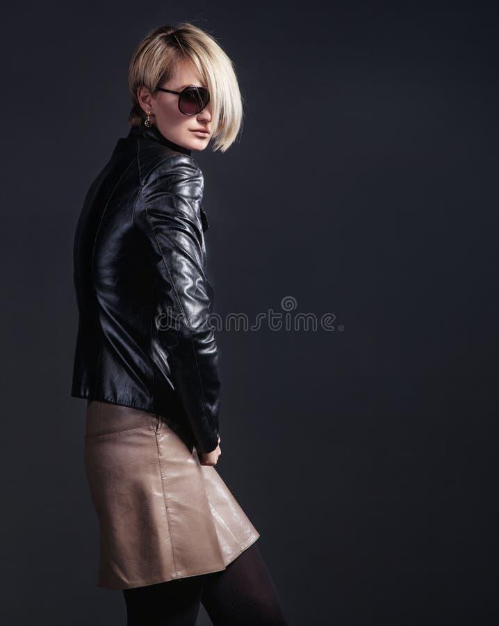 Modefoto av den stilfulla unga kvinnan i läderblick royaltyfria foton