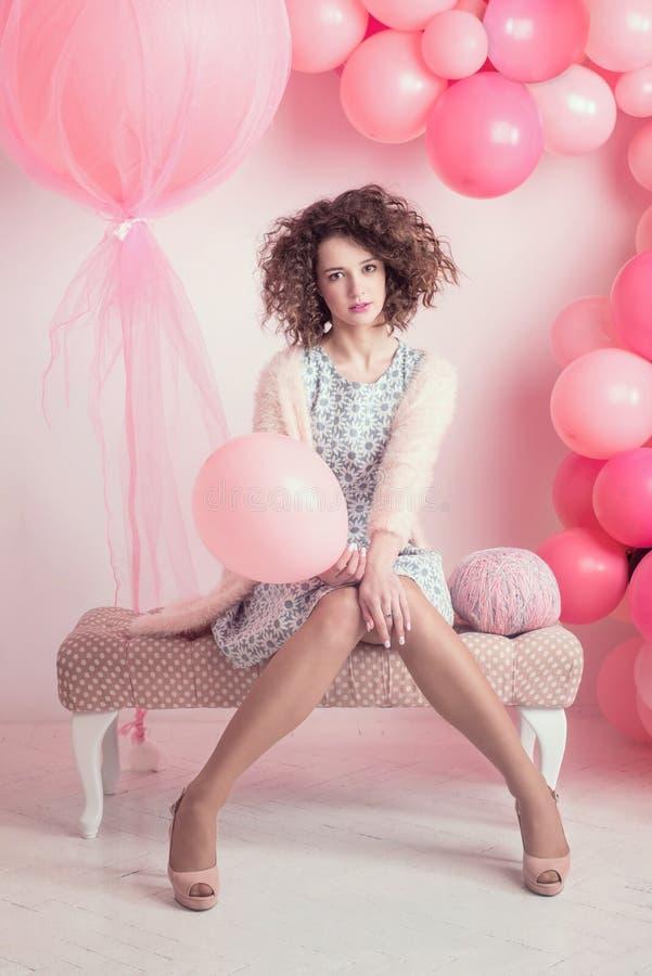 Modefoto av den unga eleganta kvinnan posera studio för flicka royaltyfria bilder