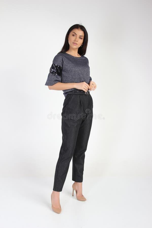 Modefoto av den unga härliga kvinnliga modellen i klänning royaltyfri fotografi