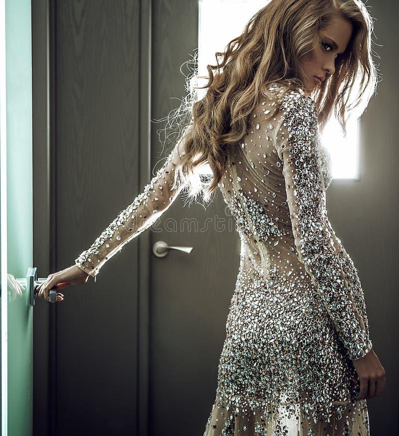 Modefoto av den unga storartade kvinnan i lyxig klänning. royaltyfria bilder
