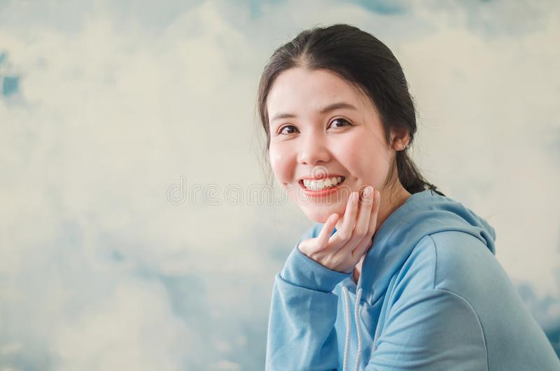 Modefoto av ett slut upp den härliga unga kvinnan som bär modern sportkläder som poserar över färgrik bakgrund bedsheetmode l?gge arkivfoton