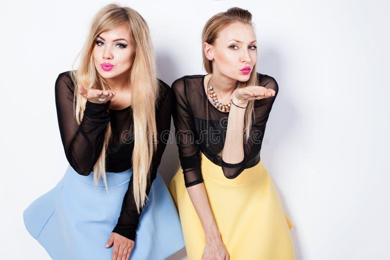 Modefoto av två blonda flickor arkivfoto