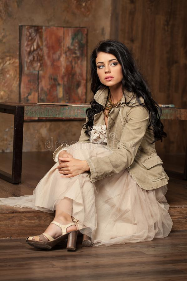 Modefoto der jungen ausgezeichneten Frau stockfoto