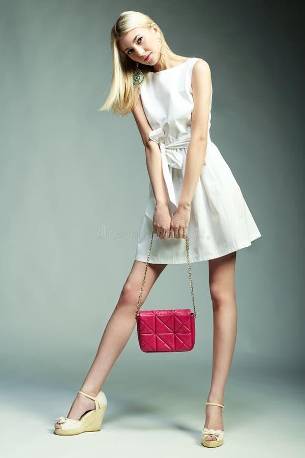Modefoto der jungen ausgezeichneten Frau Mädchen mit Handtasche stockbild