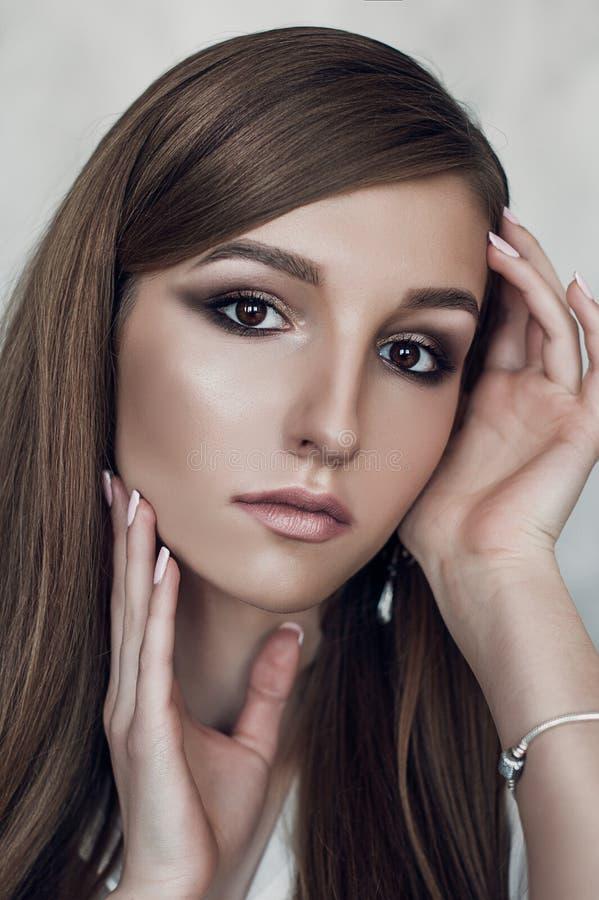 Modefoto der jungen ausgezeichneten Frau Wasser auf Hintergrund Abschluss oben lizenzfreies stockbild
