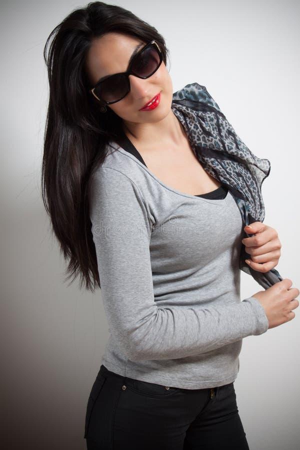 Modefoto der jungen ausgezeichneten Frau Wasser auf Hintergrund Studio pH stockbilder