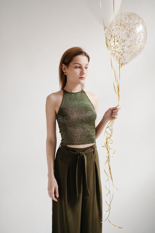 Modefoto der schönen Frau mit Ballonen Wasser auf Hintergrund Abschluss oben stockbilder