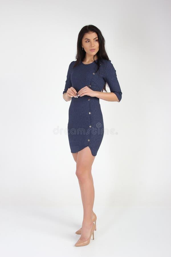Modefoto des jungen schönen weiblichen Modells im Kleid stockfotos