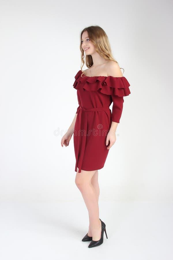 Modefoto des jungen schönen weiblichen Modells im Kleid stockfotografie
