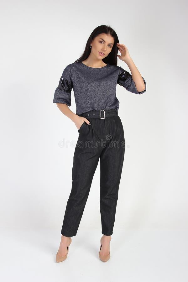 Modefoto des jungen schönen weiblichen Modells im Kleid lizenzfreie stockfotos
