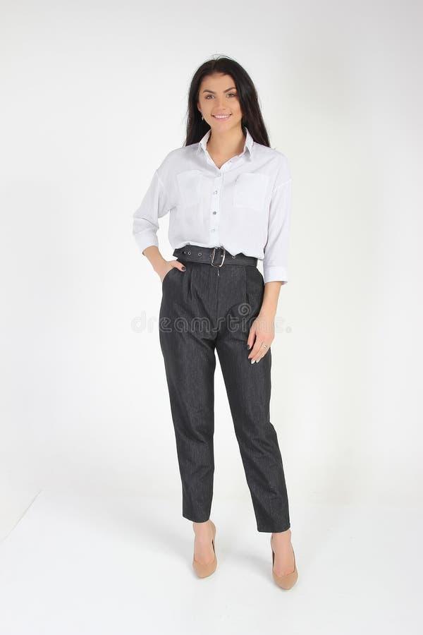 Modefoto des jungen schönen weiblichen Modells im Kleid lizenzfreie stockbilder