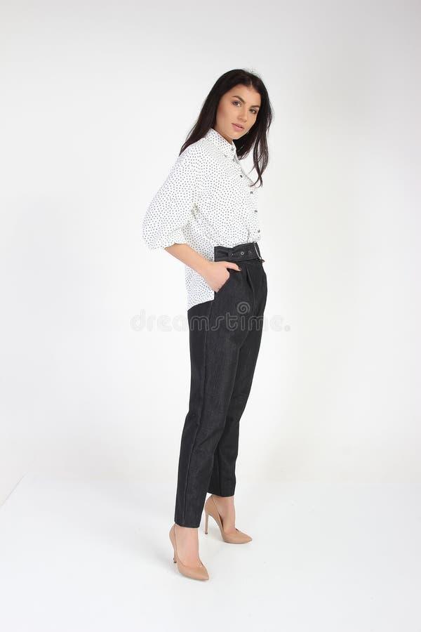 Modefoto des jungen schönen weiblichen Modells im Kleid lizenzfreies stockfoto