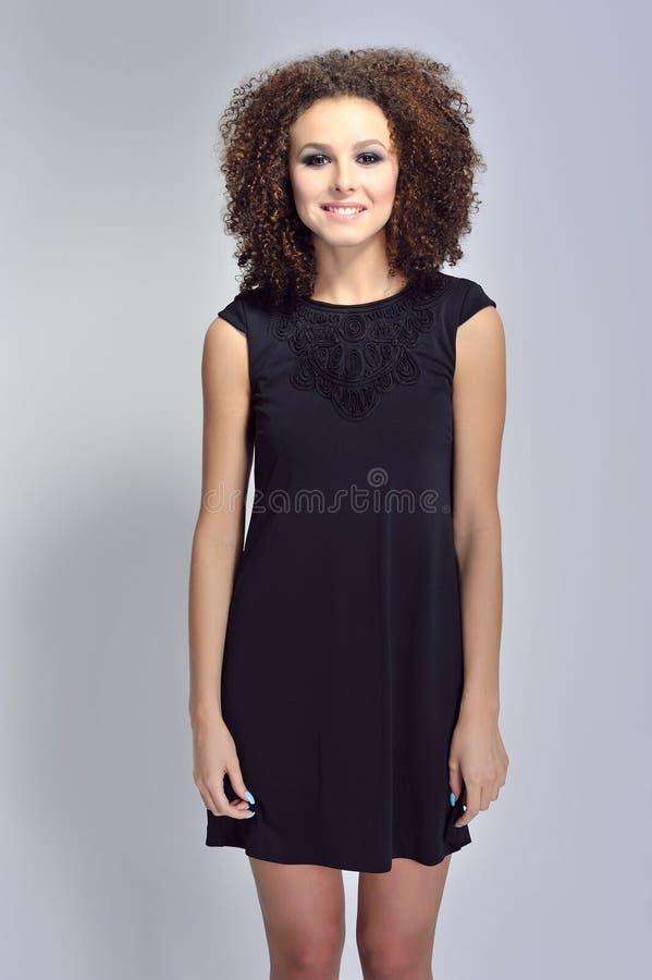 Modefoto-Schönheit Brunette mit dem gelockten Haar stockfoto