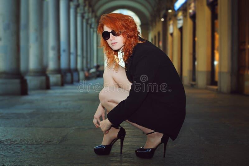 Modefrau in der Stadtgalerie stockfotos