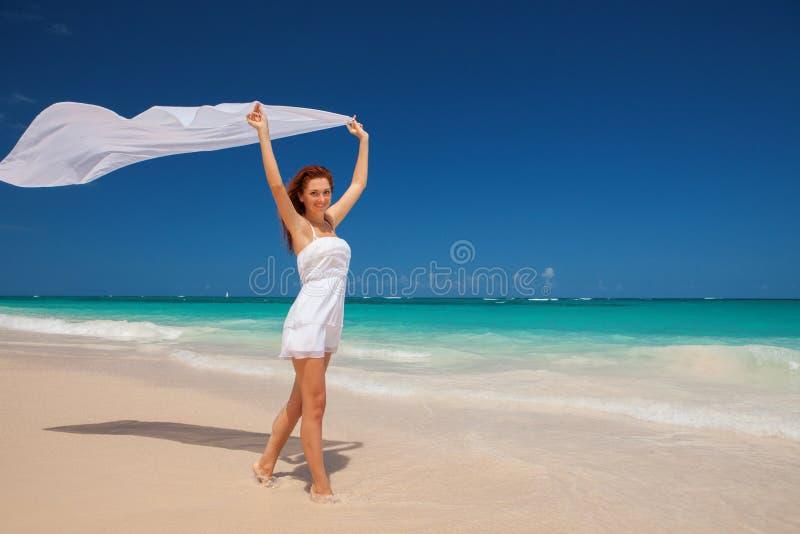 Modefrau, die auf den Strand geht Glücklicher Lebensstil stockbild