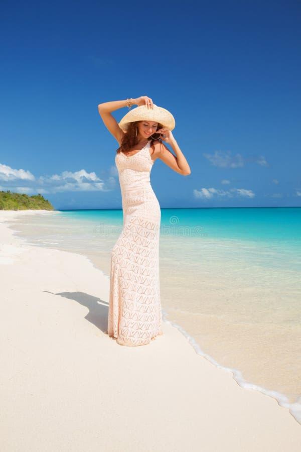 Modefrau, die auf den Strand geht Gl?cklicher Insellebensstil Wei?er Sand, blauer bew?lkter Himmel und Kristallmeer des tropische stockfoto